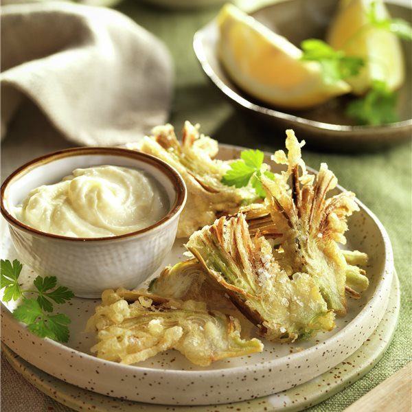 Alcachofas en tempura con salsa