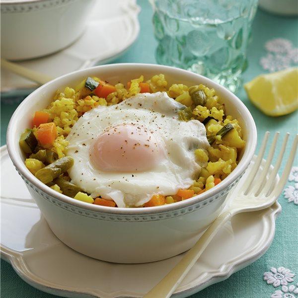Arroz integral con verduras y huevo escalfado