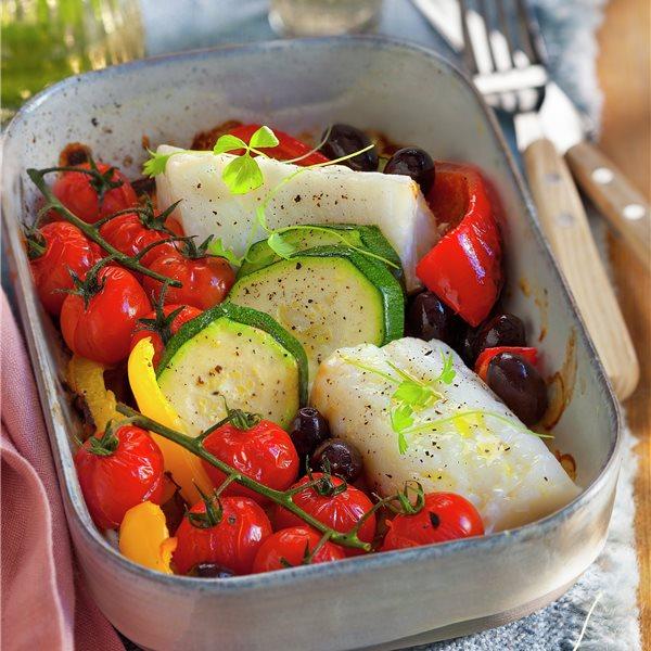 Bacalao al horno con tomates, calabacín y olivas
