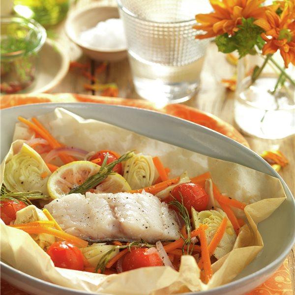 Bacalao al horno en papillote con alcachofas y tomatitos