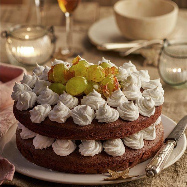 Bizcocho de chocolate con merengues y uvas caramelizadas