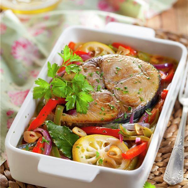 Bonito al horno con cebolla, pimiento y calabacín