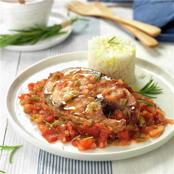 Bonito con tomate y arroz