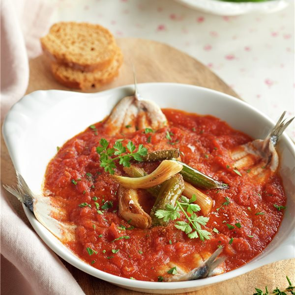Boquerones al horno con tomate y ajetes