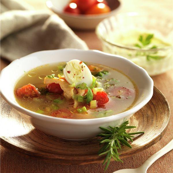 Caldo de verduras con huevo de codorniz y pollo