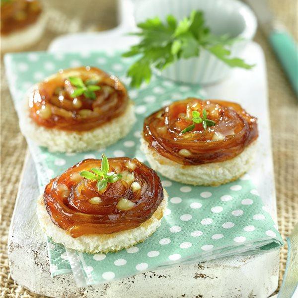 Canapés de cebolleta caramelizada con queso
