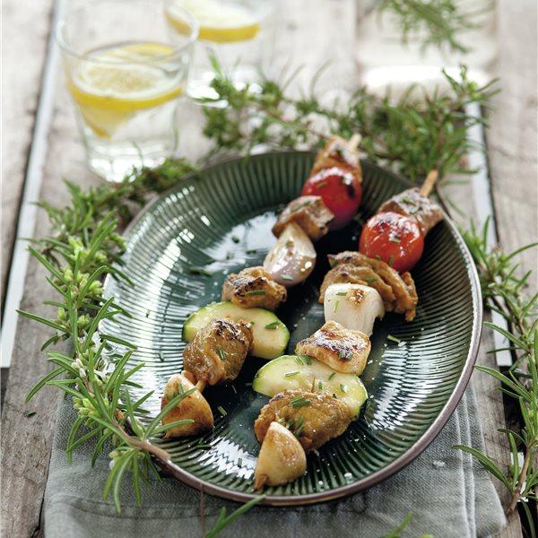 Brocheta de carne adobada con verduras