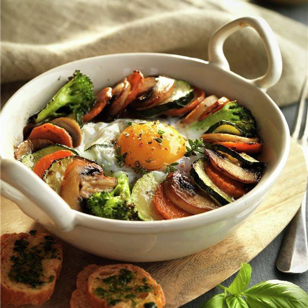 Cazuela de verduras con huevo y pan de hierbas