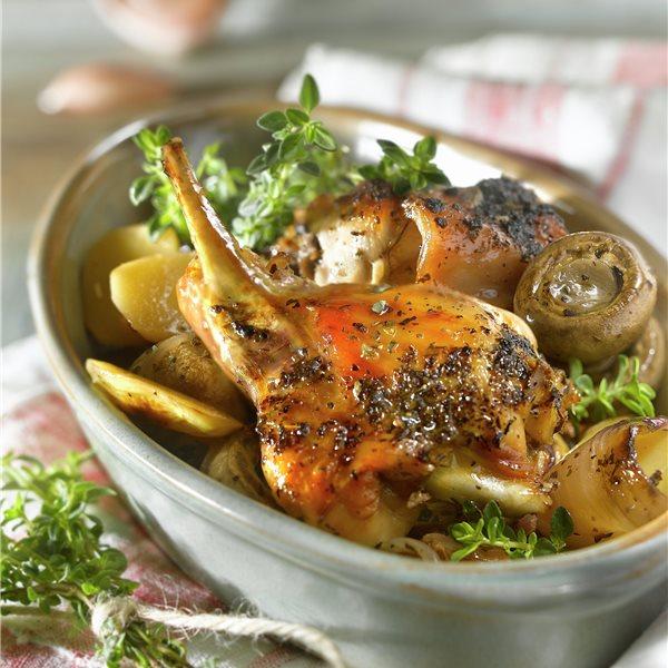 Conejo al horno con patatas, champiñones y hierbas provenzales