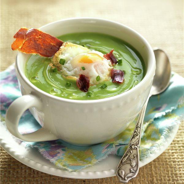 Crema de brócoli con jamón y huevo