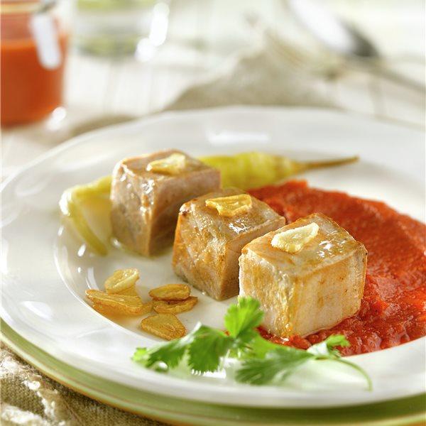 Dados de bonito con salsa de tomate y guindillas
