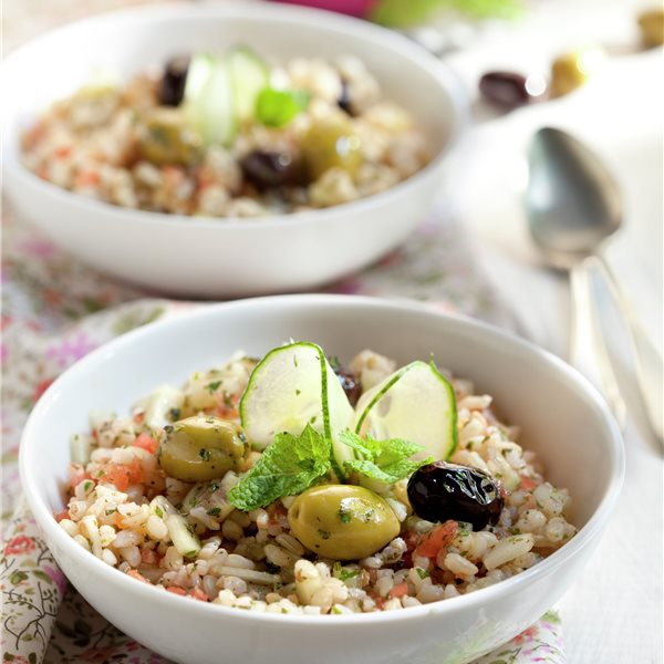 Ensalada de arroz con aceitunas y pepino