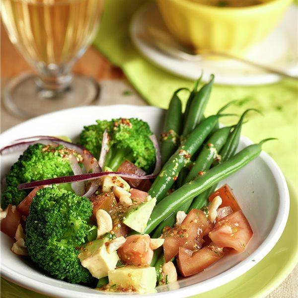 Ensalada de brócoli, judías verdes y aguacate