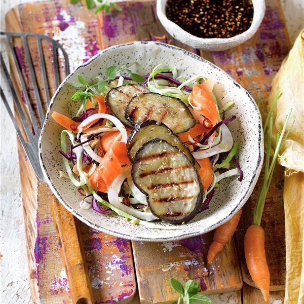 Ensalada de coles y berenjena al grill