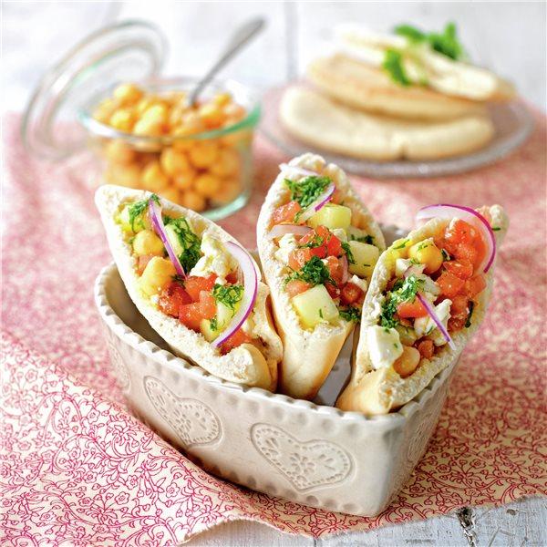 Ensalada de garbanzos y verduras con queso fresco
