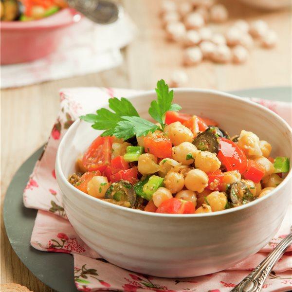 Ensalada de garbanzos con tomate, pimiento y zanahoria
