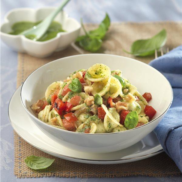 Ensalada de pasta y verdura con salsa de albahaca