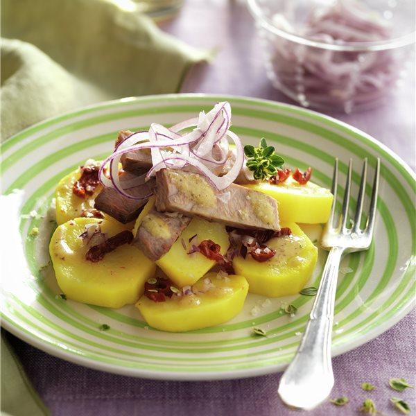 Ensalada de patata, atún y tomates secos
