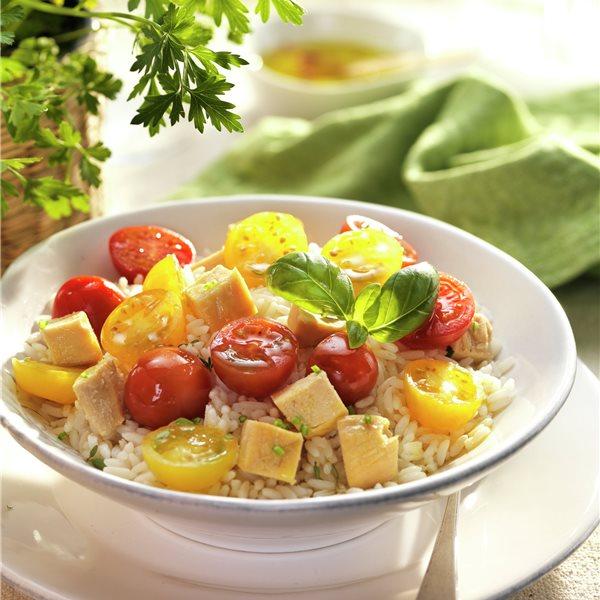 Ensalada de pollo con arroz y tomates