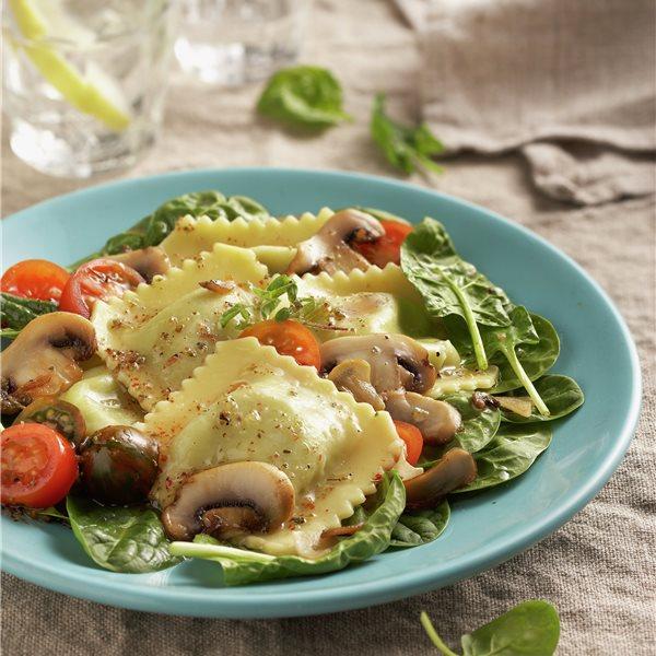 Ensalada de raviolis con espinacas y champiñones