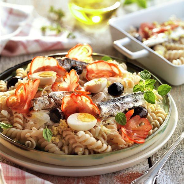 Ensalada templada de pasta con sardinas