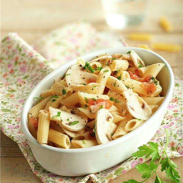 Ensalada tibia de pasta con champiñones marinados