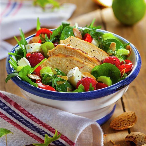 Ensalada verde con pollo y frambuesas