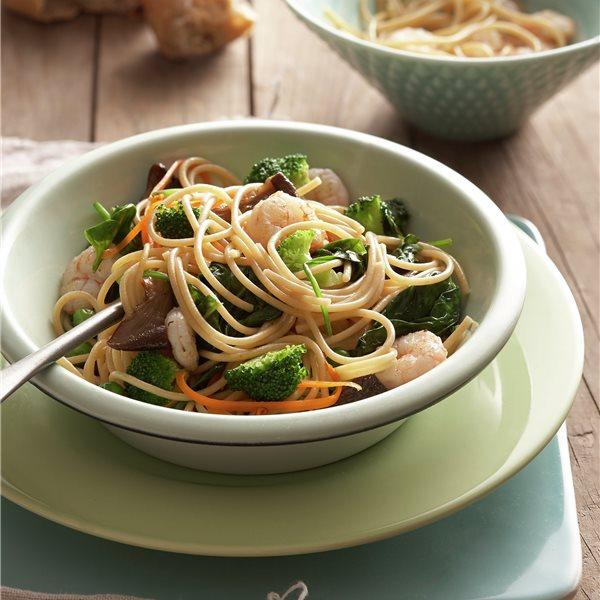 Espaguetis con verduritas salteadas y gambas