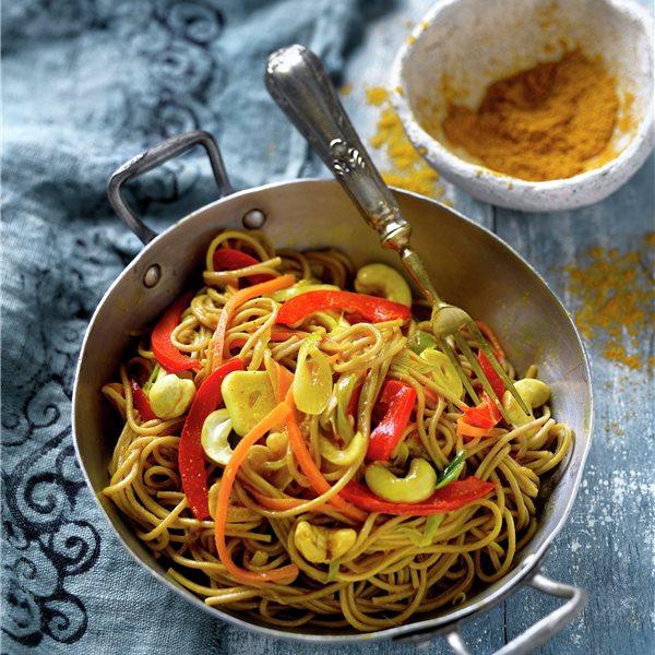 Espaguetis soba al curry con anacardos