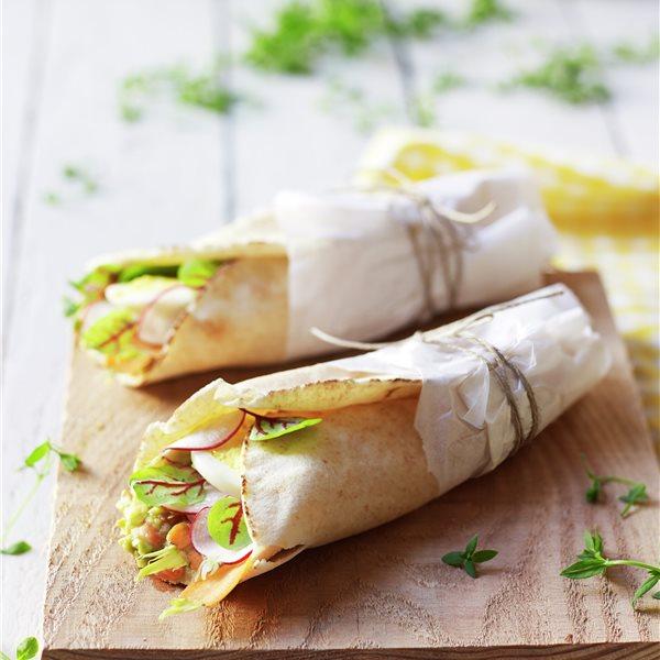 Fajitas de maíz con guacamole, hortalizas y tofu