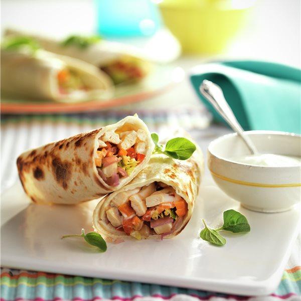 Fajitas de pollo y verduras con salsa de yogur