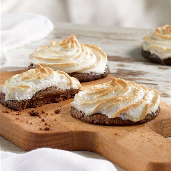 Galletas bañadas en crema de chocolate y merengue