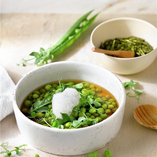 Guisantes y microguisantes en nace de algas y té verde