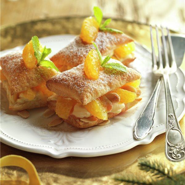 Hojaldritos con crema de almendras y frutas