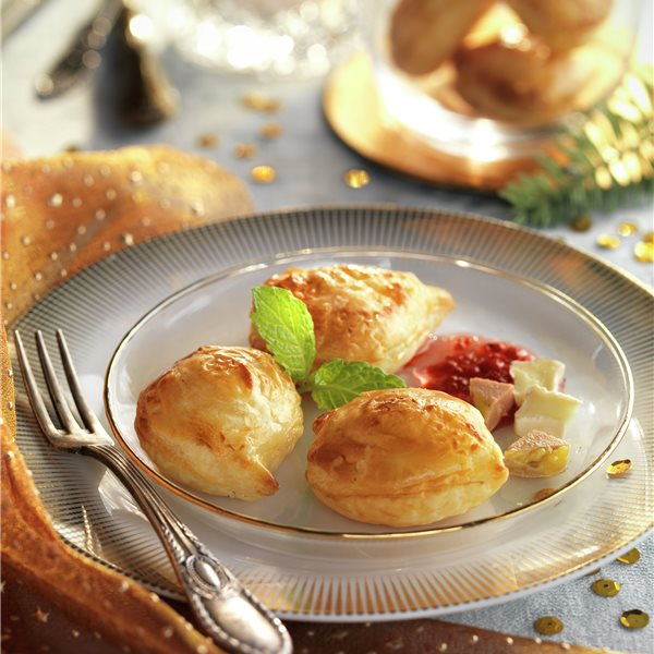 Hojaldritos de queso brie, foie y mermelada de tomate