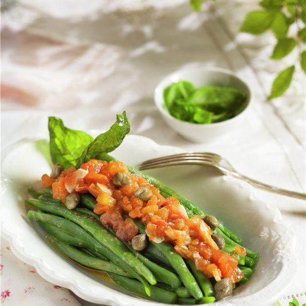 Judías verdes salteadas con tomate, ajo y alcaparras