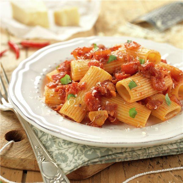Macarrones con tomate y beicon