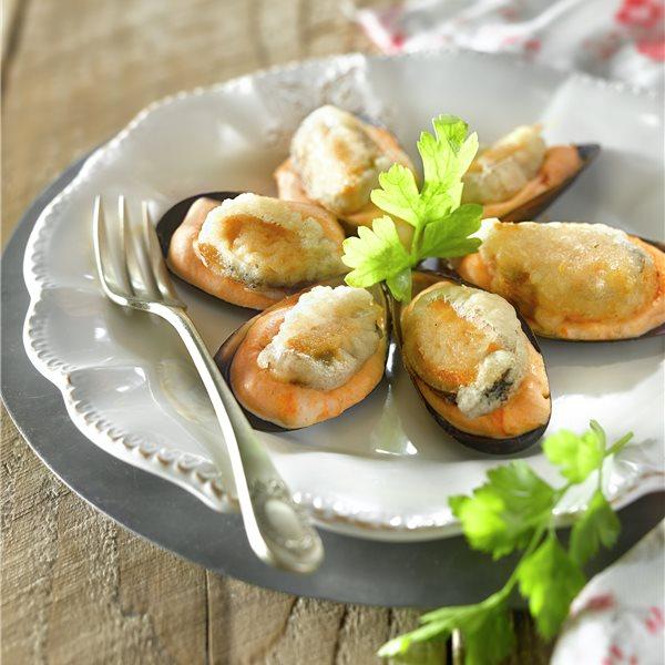 Mejillones en tempura con espuma de tomate