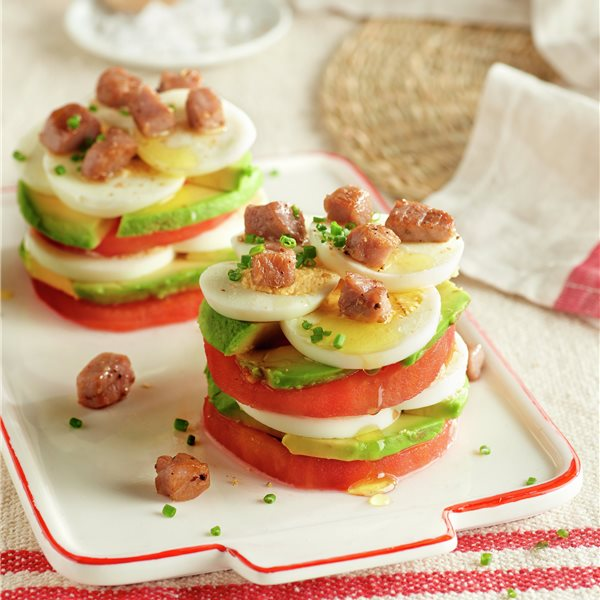 Milhojas de tomate, aguacate, huevo y atún salteado