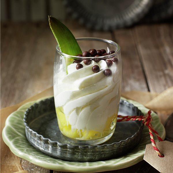 Mousse de chocolate blanco con fondo de piña