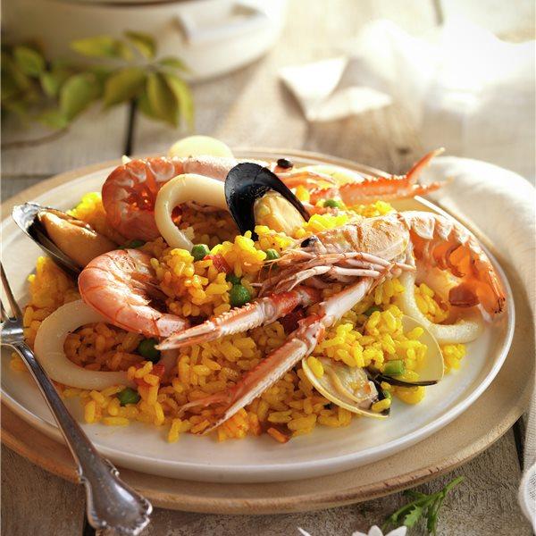 Paella marinera con gambas, cigalas y moluscos