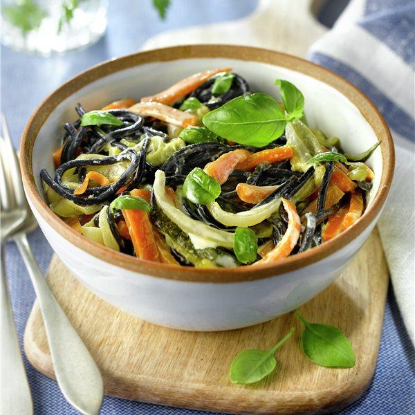 Pasta a la carbonara con verduras en juliana