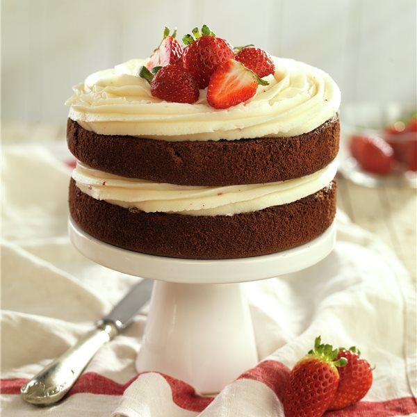 Tarta de chocolate con merengue y fresas