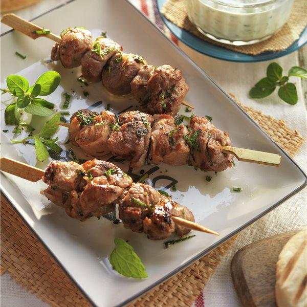 Brochetas de cordero (souvlaki) con salsa de yogur