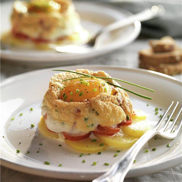 Huevos nube con jamón serrano, patatas y tomate