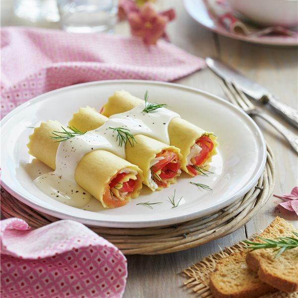 Lasaña enrollada con salmón ahumado y tomate