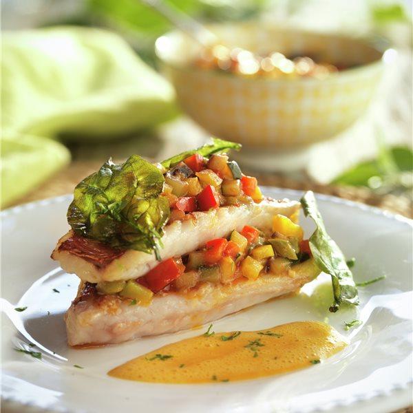 Milhojas de salmonetes con pisto y salsa de azafrán