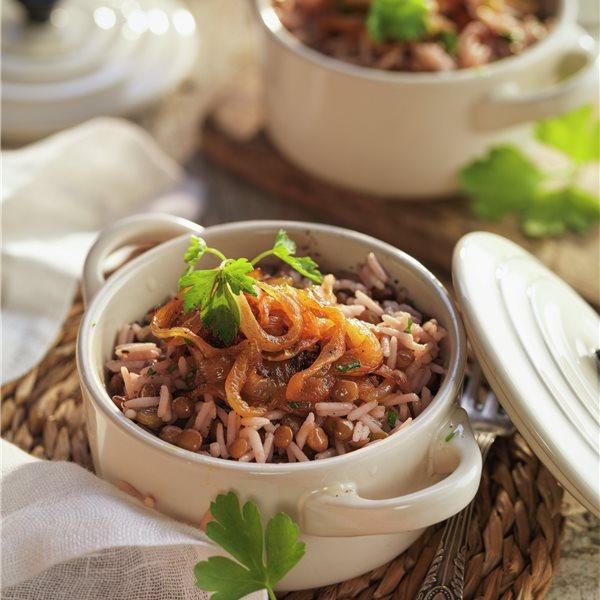 Mujaddara con arroz basmati, lentejas y cebolla