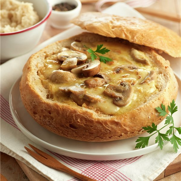 Pan casero con queso y champiñones