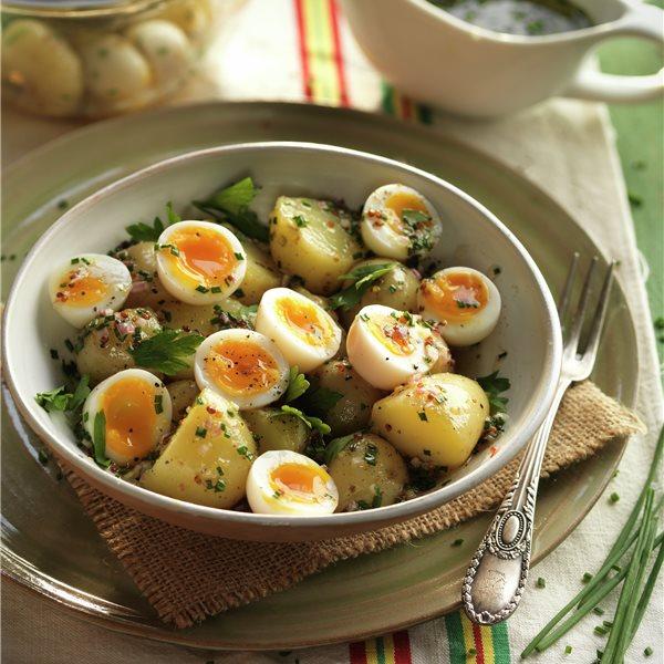 Ensalada de patata con huevos de codorniz y vinagreta agridulce